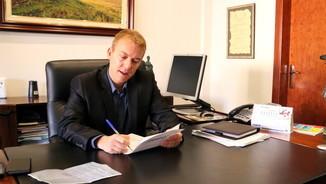 L'alcalde de Manlleu, Àlex Garrido, al seu despatx de l'Ajuntament de Manlleu (ACN)