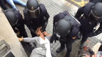 Efectius policials desallotjant els col·legis electorals