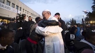 El papa Francesc s'abraça amb un refugiat a Roma, després de celebrar una missa el Dijous Sant passat (Reuters)