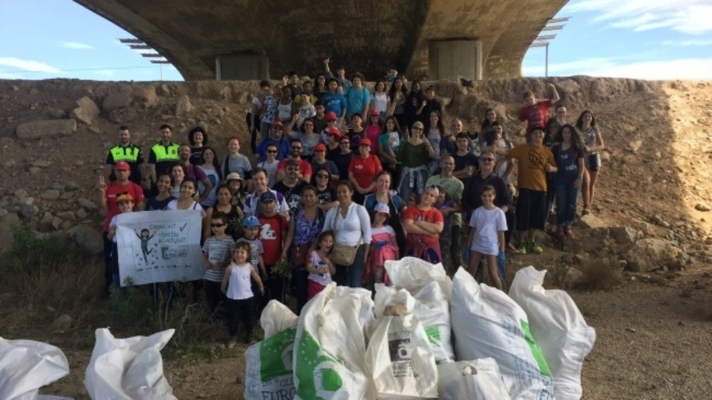 "Voluntaris de ""Let's Clean Up Europe!"" a l'Hospitalet de Llobregat"