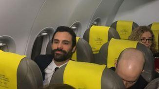 Roger Torrent, dalt de l'avió, camí de Brussel·les