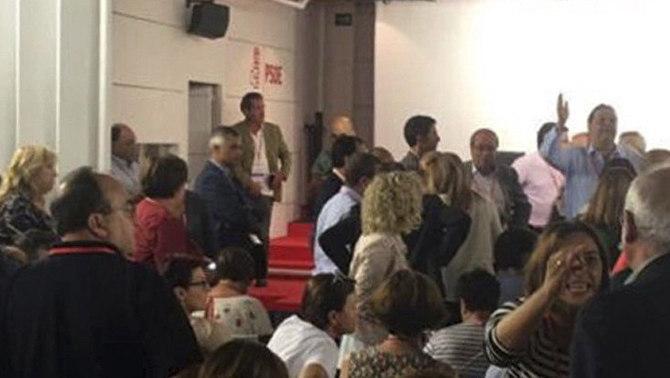 Onze hores de comitè federal per canviar el rumb del PSOE