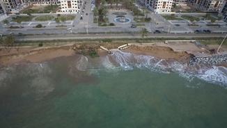 A vista de dron, imatges de les destrosses provocades pel temporal al passeig marítim de Pineda de Mar