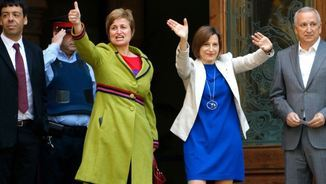 Anna Simó i Carme Forcadell saludant abans d'entrar al TSJC (ACN)