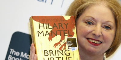 "L'autora Hilary Mantel amb el llibre ""Bring up the bodies"" (Foto: Reuters)"
