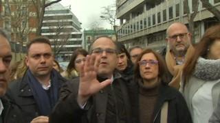 """Una munió de periodistes encerclen Turull abans d'entrar al Suprem: """"Respecteu aquest moment"""""""