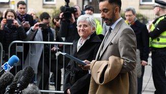Clara Ponsatí i el seu advocat, Aamer Anwar, a la seva arribada a la comissaria d'Edimburg (EFE)