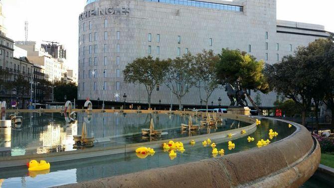 Moltes fonts de Catalunya i Twitter s'inunden d'aneguets grocs per demanar la gestió pública de l'aigua