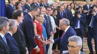 Martín Villa ha rebut la insígnia de mans del rei Felip VI