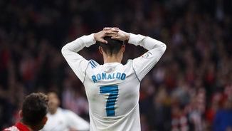 Cristiano Ronaldo es lamenta durant el derbi contra l'Atlètic (EFE)