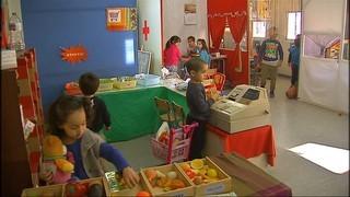 Els pares de l'escola Valldaura de Manresa, instal·lada en barracons, preocupats per la construcció d'un nou centre