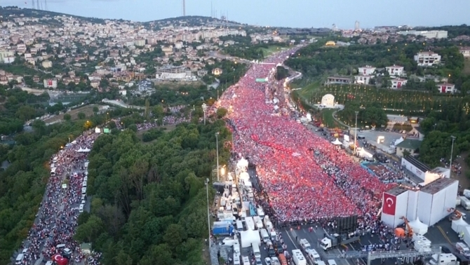 Una multitud recorda l'intent de cop d'estat de fa un any a Istanbul