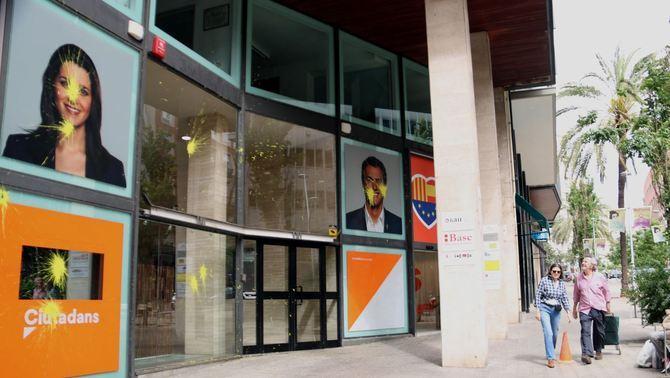 La façana de la seu de Ciutadans a Barcelona tacada de pintura groga. ACN