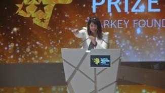 Maggie MacDonell agraint el premi