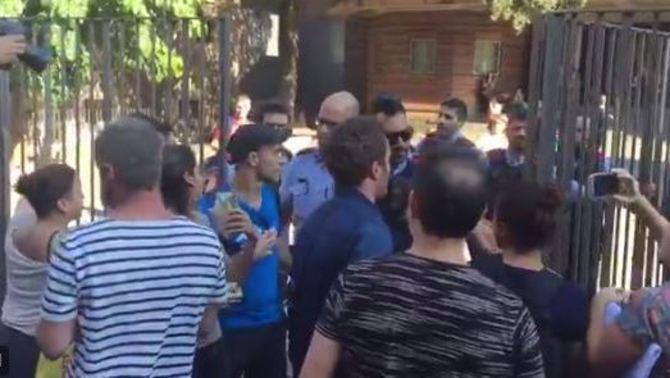 Els mossos bloquegen l'entrada de l'escola Collaso i Gil, al barri del Raval