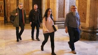 Els diputats de la CUP Carles Riera, Vidal Aragonès i Maria Sirvent, amb l'exdiputat Joan Garriga als passadissos del Parlament(ACN)