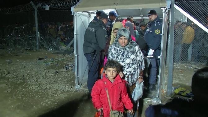 Macedònia reobre les portes i deixa passar 400 persones a la frontera amb Grècia
