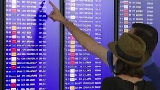 Passatgers comprovant aquest dimecres  si el seu vol surt a l'hora