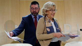 L'alcaldessa de Madrid, Manuela Carmena, amb Carlos Sánchez Mato, en una imatge d'arxiu (EFE)