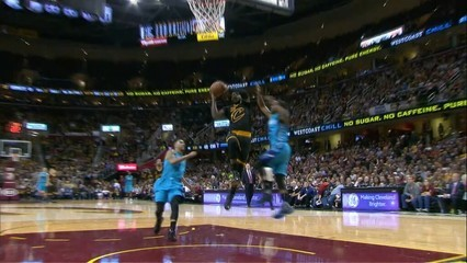 Espectacular tap de Walker a Lebron James