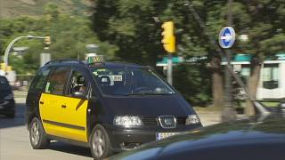 Julibert li ha d'explicar a un taxista on és la Diagonal