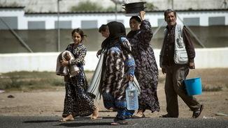 Una família de refugiats sirians caminant al Centre d'Estada Temporal d'Immigrants a Melilla (Reuters)