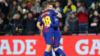 Leo Messi i Jordi Alba s'abracen per celebrar un dels tres gols que han protagonitzat (Reuters)