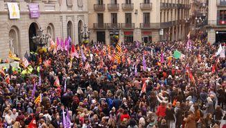 La concentració contra la desigualtat ha omplert aquest migdia la plaça de Sant Jaume de Barcelona (ACN)