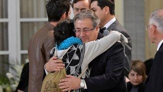 El ministre Zoido abraçant-se amb la mare de Gabriel en la capella ardent