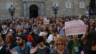 Cartells contra la sentència pel cas de La Manada a la concentració a la plaça de Sant Jaume de Barcelona (ACN)