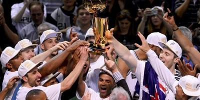 16/06/2014.- San Antonio Spurs owner Peter Holt (C) hands off the NBA Finals Championship trophy to the Spurs players after the Spurs defeated the Miami Heat in the NBA Finals game five at AT