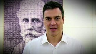 Pedro Sánchez demanant el suport dels militants al pacte amb C's, amb una fotografia del fundador del PSOE, Pablo Iglesias, al darrere