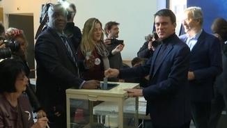 L'ex-primer ministre Manuel Valls vota