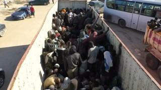 Tres mil migrants descoberts a Líbia amuntegats en camps de traficants de persones