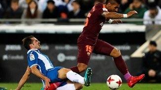 Paulinho rep una entrada de Víctor Sánchez durant el partit de Copa (EFE)