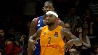 Tyrese Rice després d'anotar el seu últim triple a Istanbul