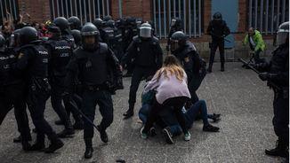 Gent a terra després d'una càrrega de la policia al Centre Municipal d'Ocupació de Sant Narcís, a Girona (ACN)