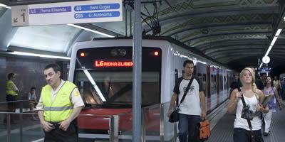 Un vigilant a l'estació Plaça Catalunya de Ferrocarrils, en una jornada de vaga (Foto: EFE)