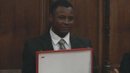 Gustave Kiansumba rep el Premi Comín