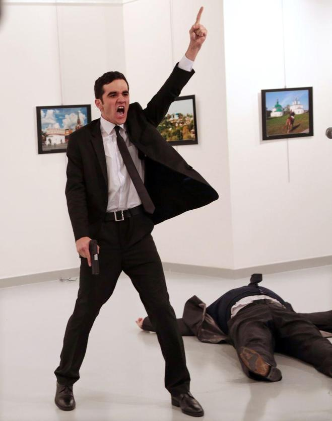 L'assassí de l'ambaixador rus a Turquia. Fotografia de Burhan Ozbilici que ha guanyat el World Press Photo 2016
