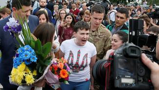 La pilot i diputada ucraïnesa Nadejda Sàvtxenko quan ha arribat a l'aeroport de Borispil (Reuters)