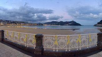 La platja de la Concha de Sant Sebastià guarnida amb llaços grocs