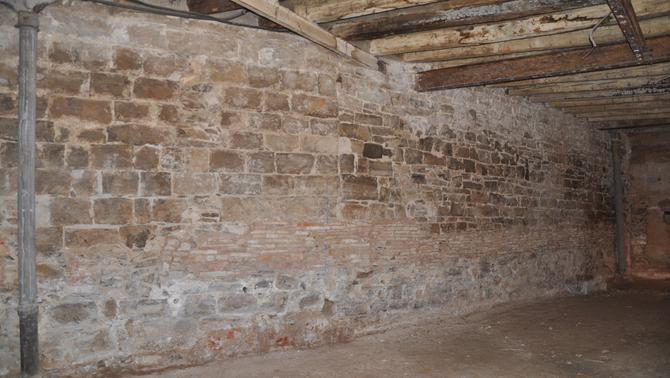 Tàrrega preserva un tram de l'antiga muralla medieval descobert arran unes obres en un edifici del carrer del Carme