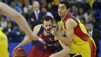 Pau Ribas intenta marxar de David Navarro (EFE).