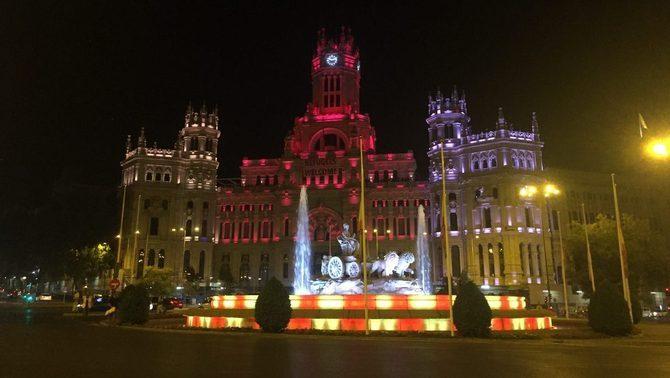 """Una Cibeles que """"tampoc té por"""" homenatja Barcelona amb els colors de la senyera"""