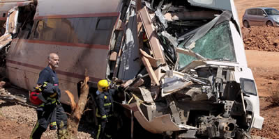 Estat del tren accidentat a Badajoz després d'atropellar un camió. (Foto: EFE)
