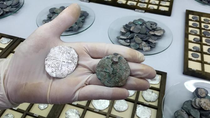 Restauren set-centes monedes de plata del segle XVII trobades a la platja de Sitges