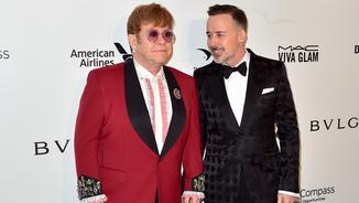 Elton John i el seu marit, el cineasta David Furnish, abans del sopar benèfic que organitza la fundació del músic britànic (Reuters)
