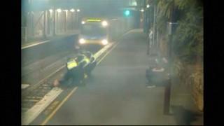 288770_26881571_Salven_una_dona_de_ser_atropellada_per_un_tren_a_Melbourne