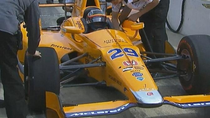 Alonso al seu cotxe al circuit d'Indianapolis